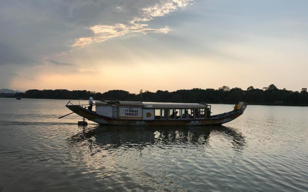 Hire private boat on the perfume river